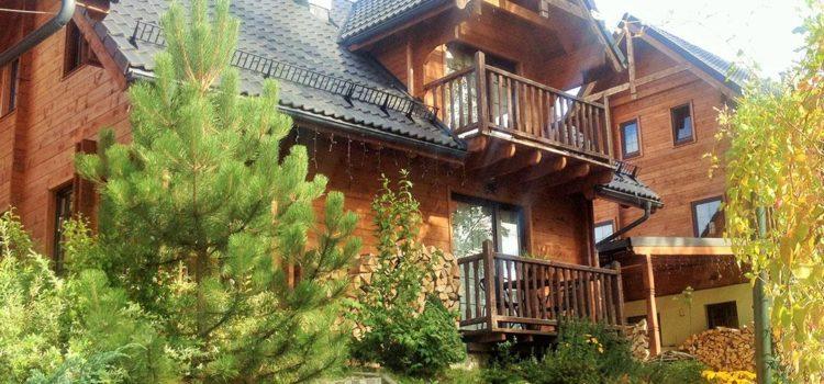 Wypoczynek wdomkach drewnianych – zalety